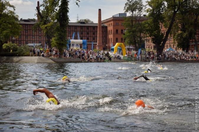 Pływacy pokonali Brdę